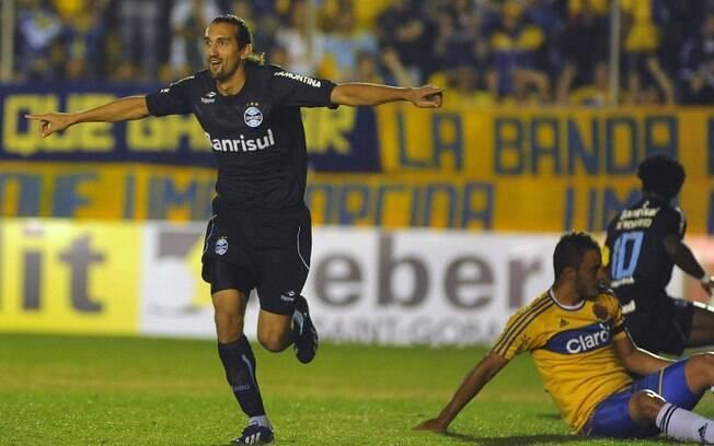 Barcos comemora o gol do Grêmio diante do  Pelotas