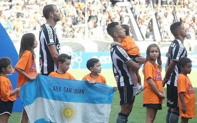 O zagueiro Carli entrou no Estádio Nilton Santos com uma bandeira argentina lembrando o submarino ARA San Juan que desapareceu ano passado