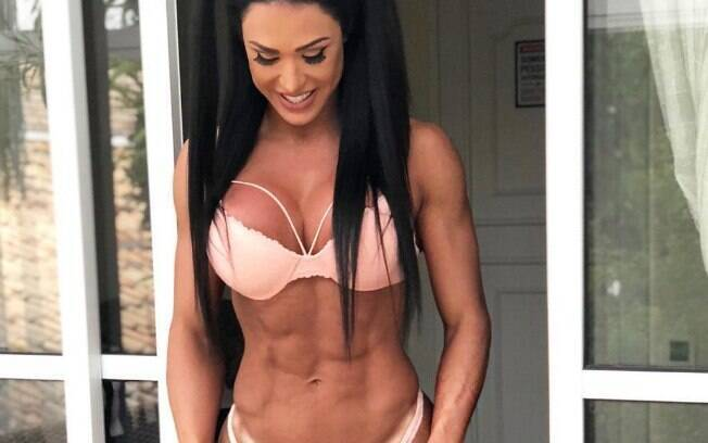 Gracyanne Barbosa posa sensual em sua conta do Instagram e entra em atrito com seus próprios fãs