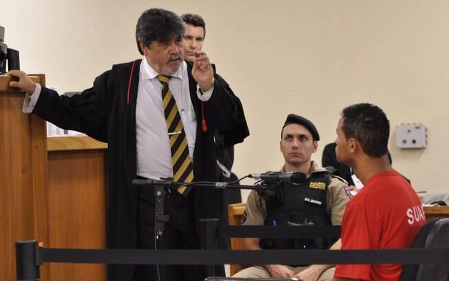 O jogador ouve a pergunta do advogado de defesa, Lúcio Adolfo, no terceiro dia de julgamento