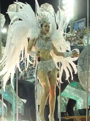 Leandra Leal desfilou pela Salgueiro na madrugada desta segunda-feira (16)