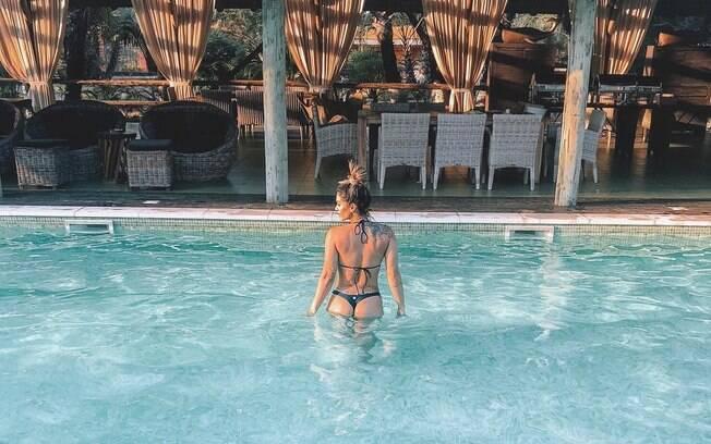 Kelly Key conquista seguidores do Instagram ao mostrar o bumbum sensual coberto apenas por um biquíni, durante viagem