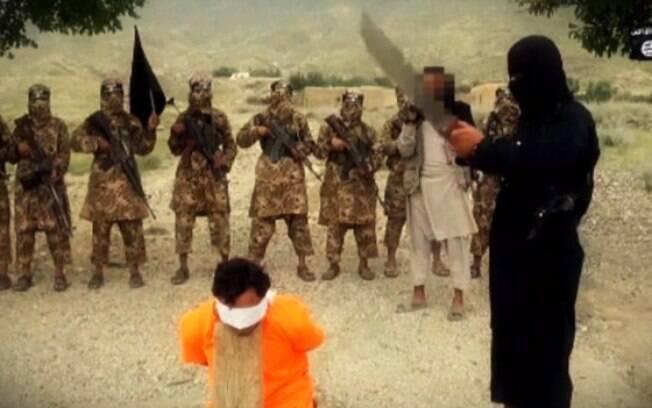 Terrorista do Estado Islâmico se prepara para decapitar refém em conteúdo divulgado pela internet