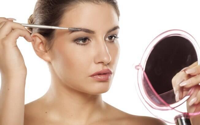 A dica da expert é usar uma escova específica para aplicar os óleos naturais que ajudam a deixar as sobrancelhas grossas