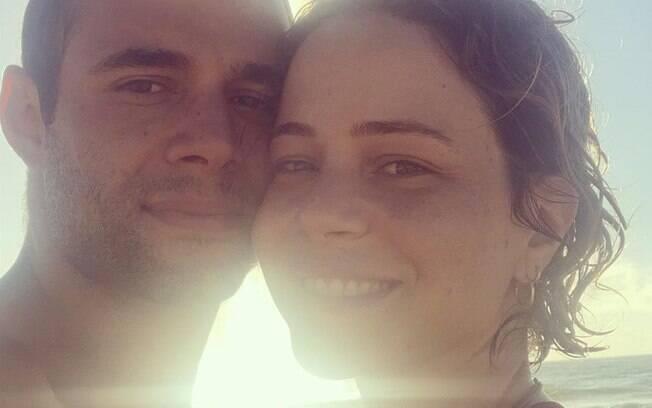 Leandra Leal se casa com Guilherme Burgos em cerimônia na praia e sem convidados
