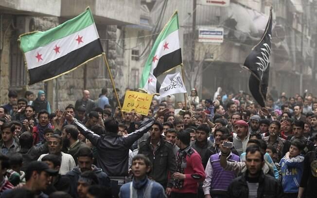 Manifestantes protestam contra Bashar al-Assad em Aleppo, na Síria (23/03)