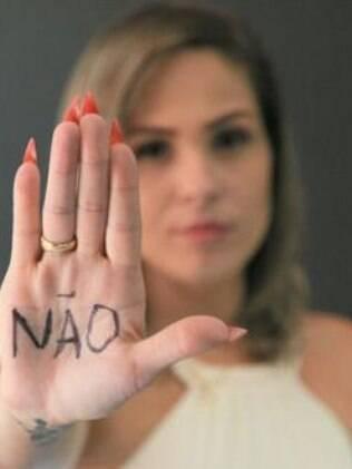 mulher com a palavra não escrita na mão