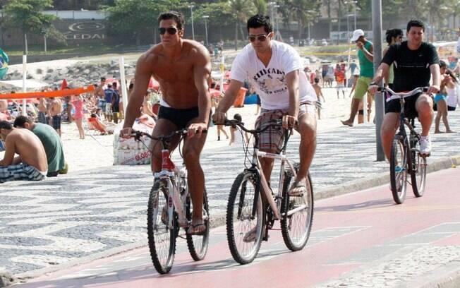 Carlos Machado exibe boa forma durante passeio pela zona sul carioca