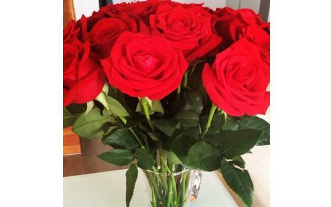 Ticiane Pinheiro ganha flores de Tralli em comemoração ao primeiro mês de namoro