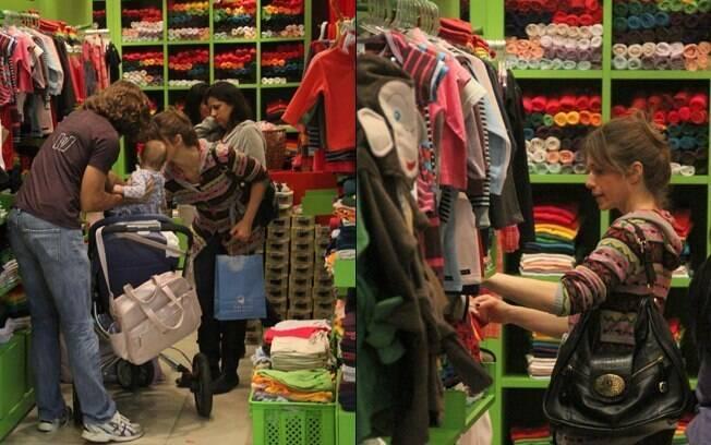 Letícia Spiller escolheu aproveitou para escolher algumas roupas para a pequena