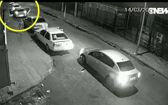 Câmera de segurança mostra momento em que Marielle Franco entra na parte de trás do carro