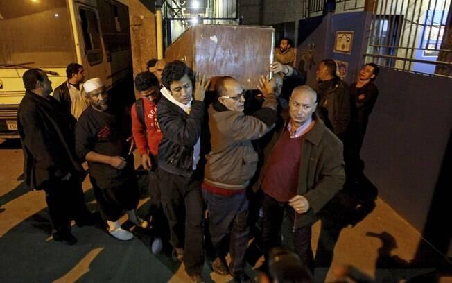 Ativistas carregam corpo de Shaimaa el-Sabagh, baleada durante protesto em Alexandria