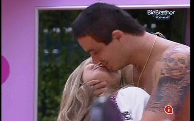 Rafa dá beijo em Renata para João ver