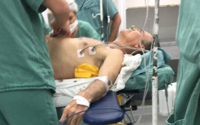 Jair Bolsonaro na mesa de cirurgia