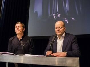 Fotógrafo premiado Mads Nissen e diretor Lars Boering durante coletiva de imprensa