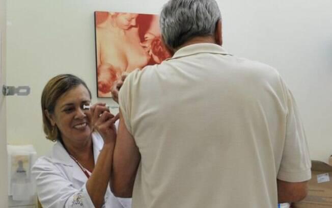 A transmissão dos vírus Influenza ocorre por meio do contato com secreções das vias respiratórias, eliminadas pela pessoa contaminada ao falar, tossir ou espirrar