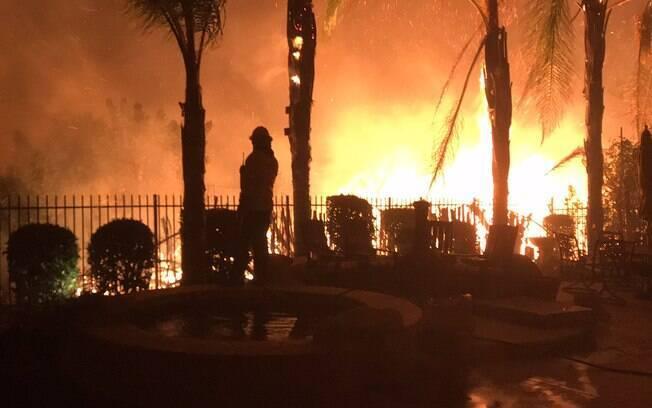 Incêndios na Califórnia são os mais destrutivos da história e já queimaram mais de 7 mil casas