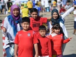 Marina Abu Bakar (esq) veio com sua família ao Brasil para acompanhar a alegria da Copa do Mundo