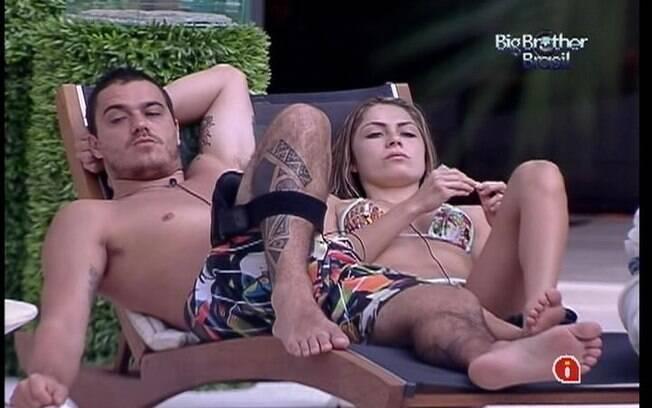 Renata pede que Rafa o ajude a ficar longe de Jonas
