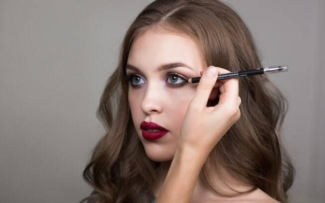 Usar um lápis de olho pode ajudar no visual, mas se não for à prova d'água pode acabar entre os erros de maquiagem