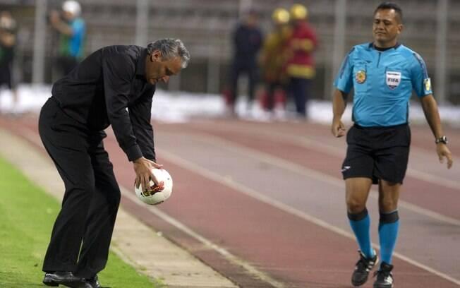 Tite pega a bola à beira do estádio de San  Cristóbal, na Venezuela, na primeira partida do  Corinthians na Libertadores de 2012: 1 a 1 contra  o Táchira