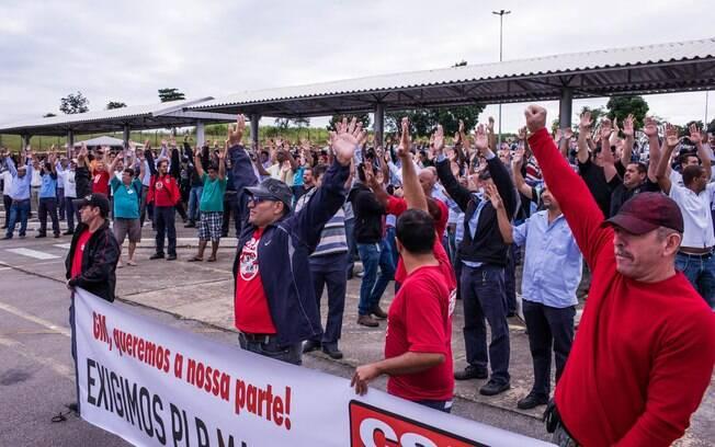 Funcionários da General Motors de São José dos Campos fazem paralisação