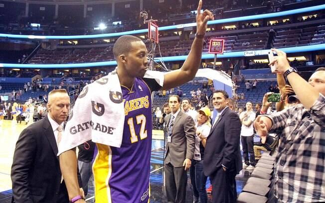 No primeiro jogo em Orlando depois que deixou  o Magic, Dwight Howard fez 39 pontos, pegou 16  rebotes e comandou a vitória do Los Angeles  Lakers