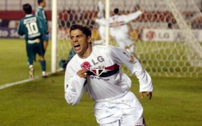 Com a camisa do São Paulo, Cicinho foi campeão da Copa Libertadores e do Mundial de 2005