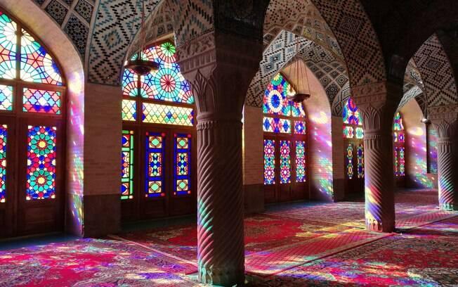 A Mesquita Nasir ol Molk é um dos locais religiosos mais fascinantes e espetaculares do mundo