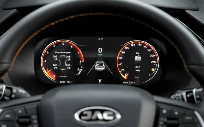 JAC T60 vem bem equipado, o que inclui cluster digital, volante multifuncional e monitoramento da pressão dos pneus