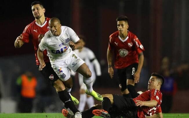 Carlos Sanchez jogou contra o Independiente nas oitavas da Libertadores 2018 de forma irregular e Santos foi punido