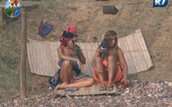 Anna Markun e Raquel Pacheco conversam após banho