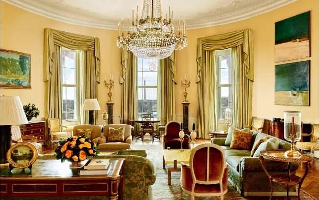 A decoração da sala de estar da Casa Branca é bastante clássica