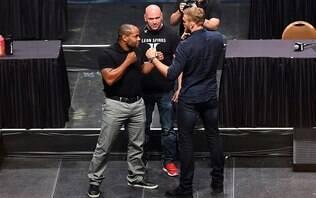 Cormier defende cinturão dos meio-pesados do UFC contra o gigante Gustafsson - Lutas - iG