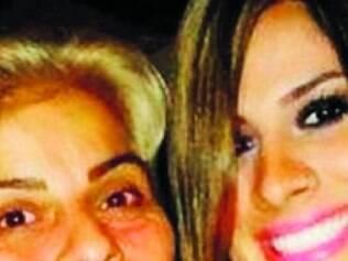 Em uma rede social, Vanessa aparece ao lado da mãe
