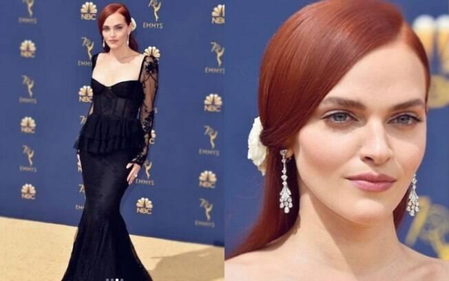 Looks das famosas: Madeline Brewer usou um vestido preto com inspirações no passado, transparência e cauda de sereia