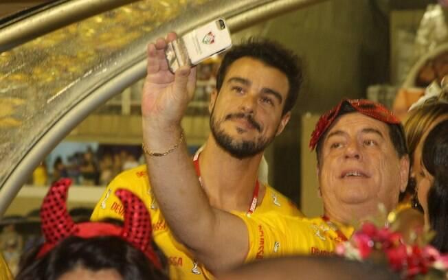 O ator Joaquim Lopes posa para selfie em camarote semanas após término de seu casamento