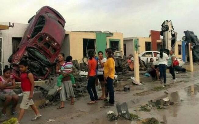 Moradores observam os estragos provocados pela passagem de um tornado na Ciudad Acuña, Norte do México