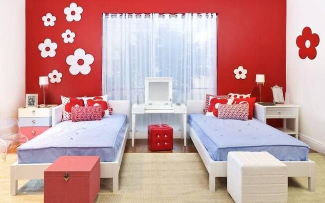 O quarto decorado para irmãs gêmeas tem a cor vermelha como base