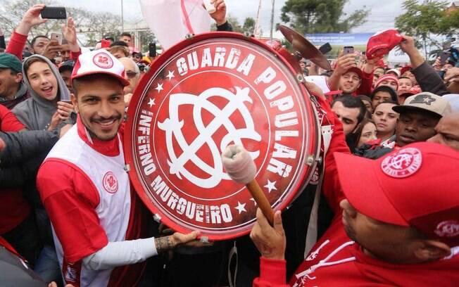 Guerrero foi recebido pelos torcedores do Inter no aeroporto