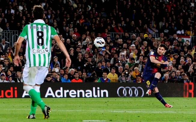 Com dois de Messi, Barcelona goleou Betis por  4 a 2 na 34ª rodada, manteve 11 pontos de vantagem  na liderança e ficou perto do título