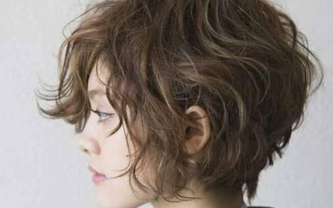 Entre o pixie e o chanel, o cabelo na altura do maxilar é versátil e muito prático para cabelos com uma ondulação natural