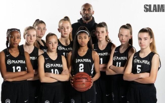 Kobe Bryant treina a equipe da filha Gigi, a número 02 que está com a bola