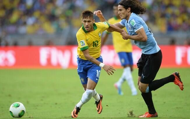 Neymar recebe marcação de Cavani no segundo  tempo
