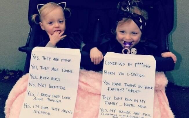 Gêmeas e os cartazes feitos pela mãe