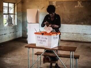Mulher vota em seu candidato à Presidência na Zâmbia