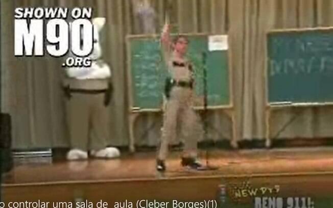 Cena do vídeo em que a policial dispara em um ambiente escolar com crianças presentes