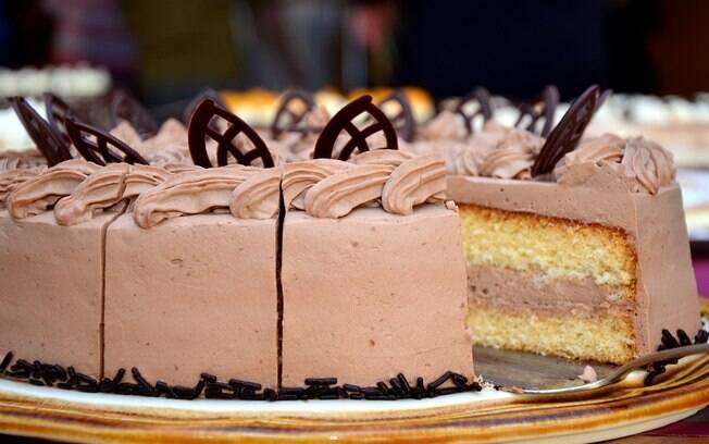 Os três jovens tentaram roubar um bolo, mas acabaram com um objeto cenográfico