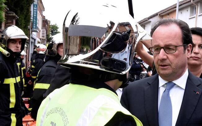 O presidente François Hollande chega ao local do ataque terrorista ocorrido nas proximidades da capital francesa