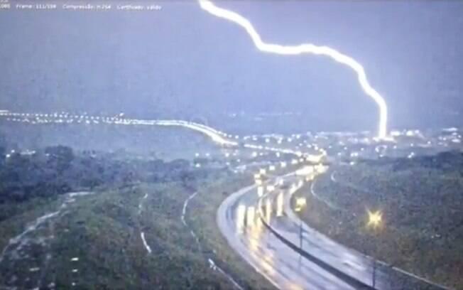 Câmeras flagraram raio atingindo rodovia em Brasília